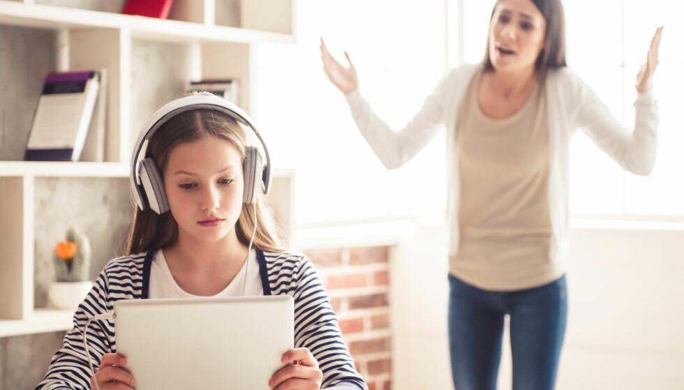 TENÅRINGER: Det kan være vanskelig å vite hvordan man skal nå frem til tenåringen i huset. Foto: Scanpix