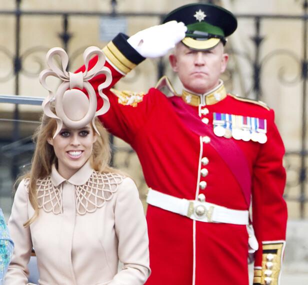 FIKK MYE OPPMERKSOMHET: Den Philip Treacy-designede hatten skapte mye furore under prinsebryllupet i 2011 - men prinsesse Beatrice så på det som utelukkende positivt at den fikk mye oppmerksomhet. Hun solgte den nemlig videre på en auksjon, og ga overskuddet til UNICEF. FOTO: NTB Scanpix