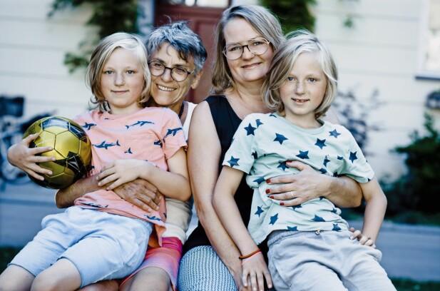 EN GOD STØTTESPILLER: – Jeg føler at jeg har fått to barnebarn forært, sier Hanne Grethe Hansen (71) (t.v.), som har vært Marie Daugaards (50) viktigste støttespiller etter at hun fikk tvillingene Teis og Tore (9). FOTO: Claus Boesen