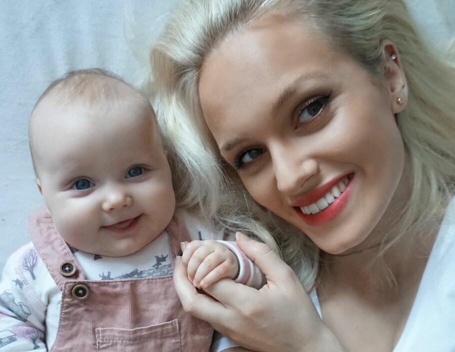 ØNSKER SEG MER ÅPENHET: Influencer Borghild Terese Jørgensen, her med datteren Norhild (4 mnd), håper at flere kvinner tør å prate om det de opplever etter fødselen. FOTO: Privat