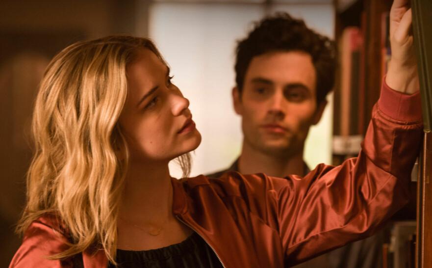 STALKER: Penn Badgley (i bakgrunnen) kapret hovedrollen i Netflix' «You» hvor han spiller Joe – en mann som blir besatt av en ung forfatterspire. FOTO: Netflix