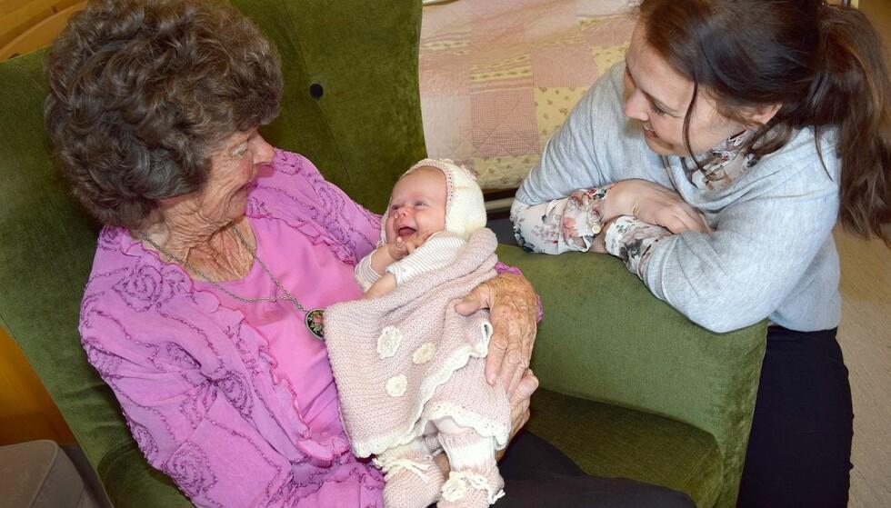 BESØKSBABY PÅ ELDREHJEM: Et møte på tvers av generasjonene er hyggelig for alle involverte. FOTO: Livsglede for eldre