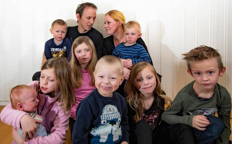 STORFAMILIE: Hverdagen i en storfamilie med åtte barn kan til tider være hektisk, men den er også fylt med ekstra mange gleder. FOTO: Privat
