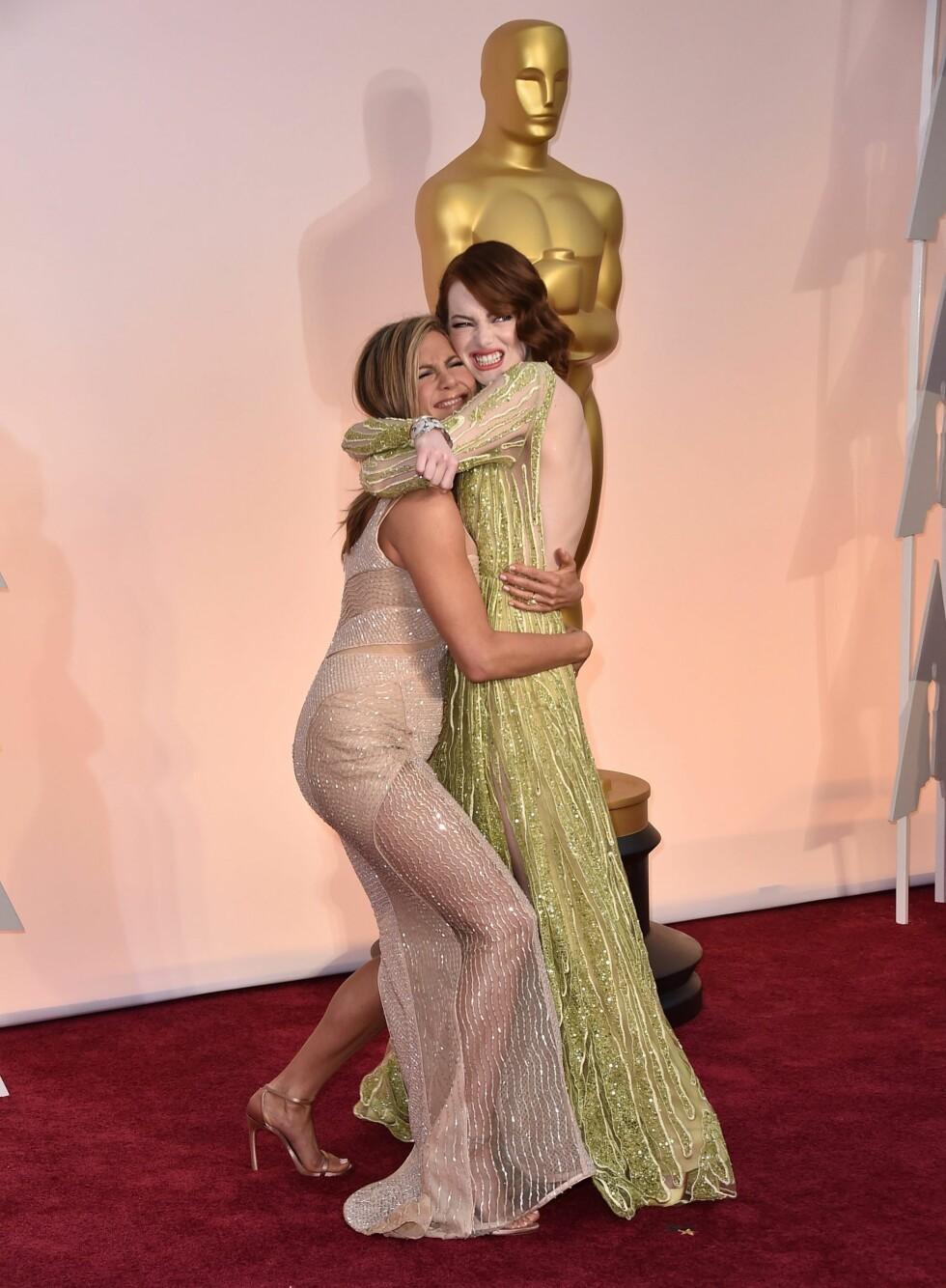 Jennifer Aniston sammen med Emma Stone på Oscar utdelingen i 2015. Foto: NTB Scanpix