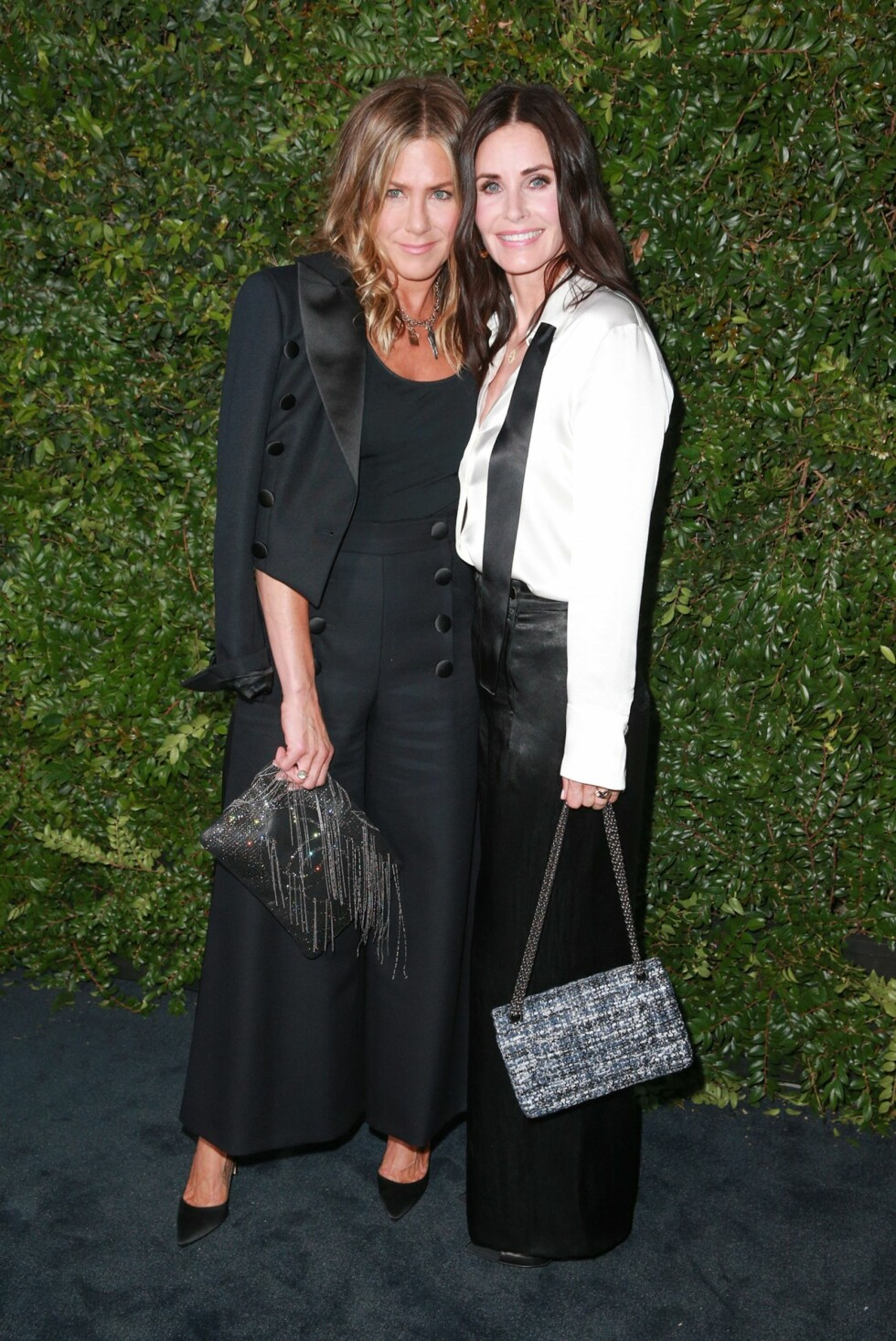 Jennifer Aniston sammen med sin kollega fra Friends, Courteney Cox på Our Majestic Oceans Benefit Dinner invitert av Chanel i 2018. Foto: NTB Scanpix