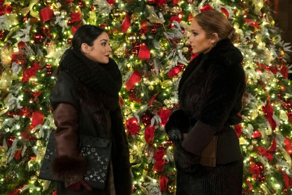 """Jennifer Lopez med hennes kollega Vanessa Hudgens i filmen """"Second Act"""". Foto: NTB Scanpix"""