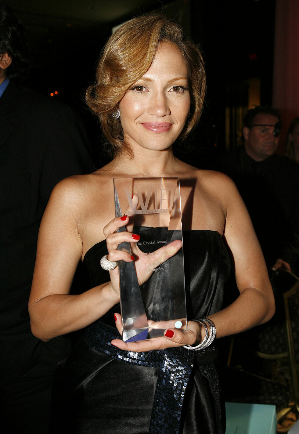 Jennifer Lopez poserer med sin pris for Woman in Film, på Crystal + Lucy Awards i 2006. Foto: NTB Scanpix