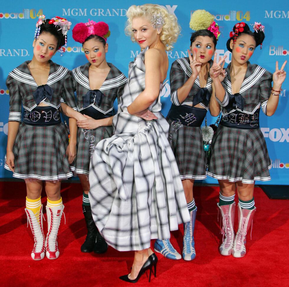 Gwen Stefani sammen med sine dansere på Billboard Music Awards i 2004. Foto: NTB Scanpix