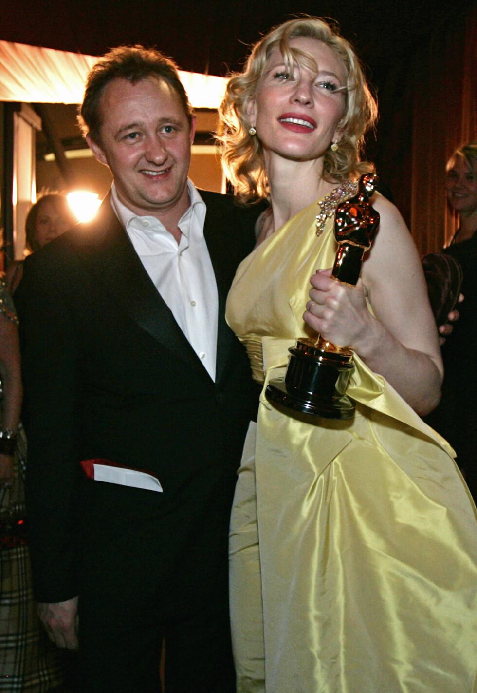 """Cate Blanchett og ektemannen Andrew Upton på Governors Ball i 2005. Blanchett holder her sin Oscar for beste kvinnelige birolle, for hennes rolle i """"The Aviator"""".  Foto: NTB Scanpix"""