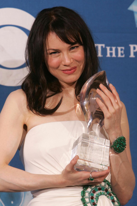 Renee Zellweger holder hennes pris for mest populære kvinnelige hovedrolle på People's Choice Awards i 2005. Foto: NTB Scanpix