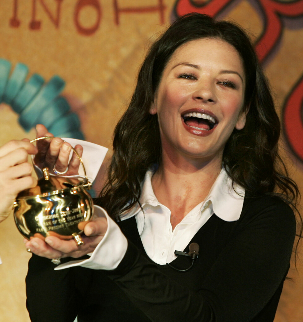 "Catherine Zeta-Jones holder her sin ""Hasty Pudding Pot"" for å ha vunnet ""Theatricals' Woman of the Year"" prisen i Cambridge i 2005. Foto: NTB Scanpix"