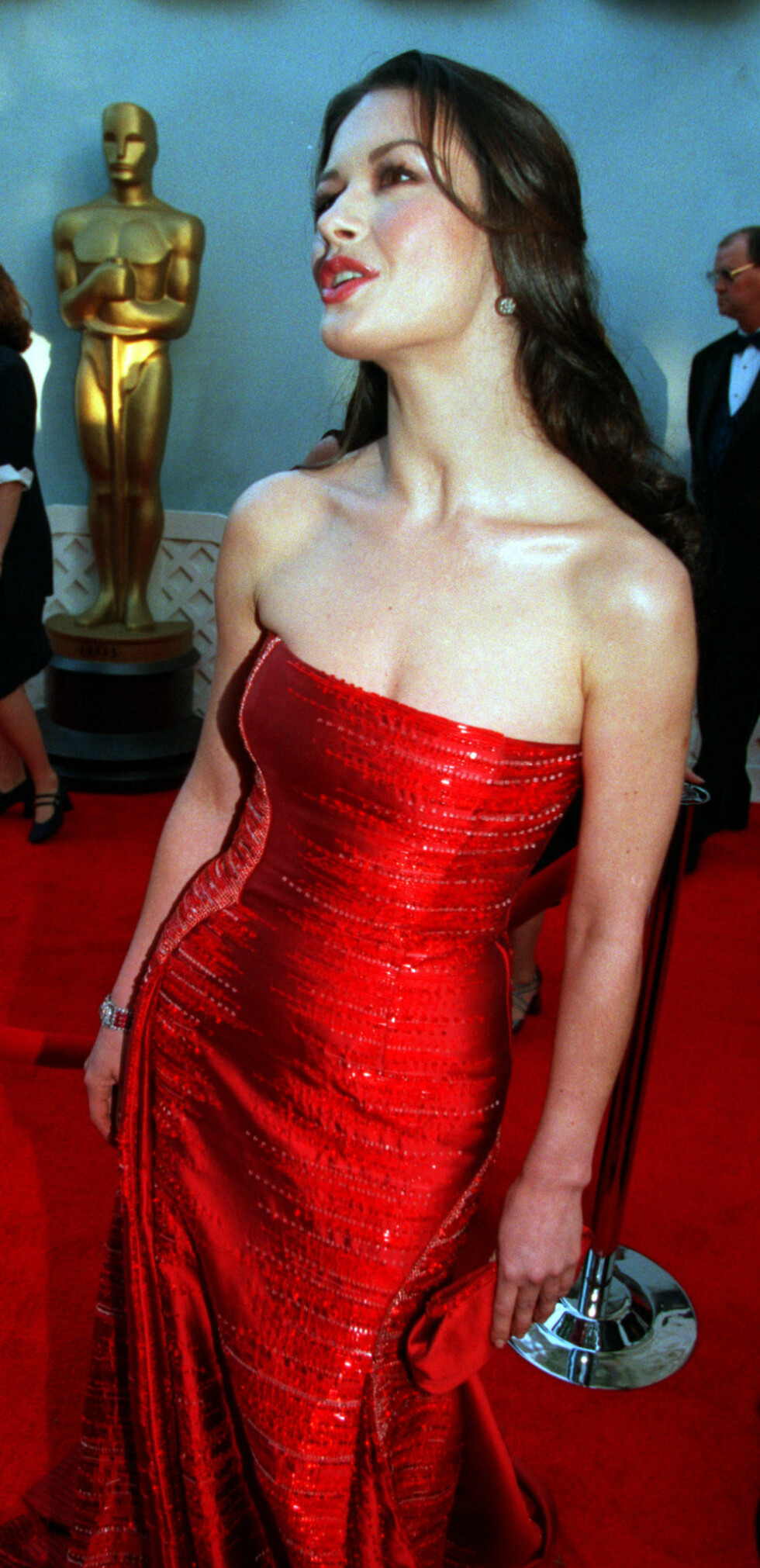 Catherine Zeta-Jones poserer for fotografene på Academy Awards i 1999. Foto: NTB Scanpix