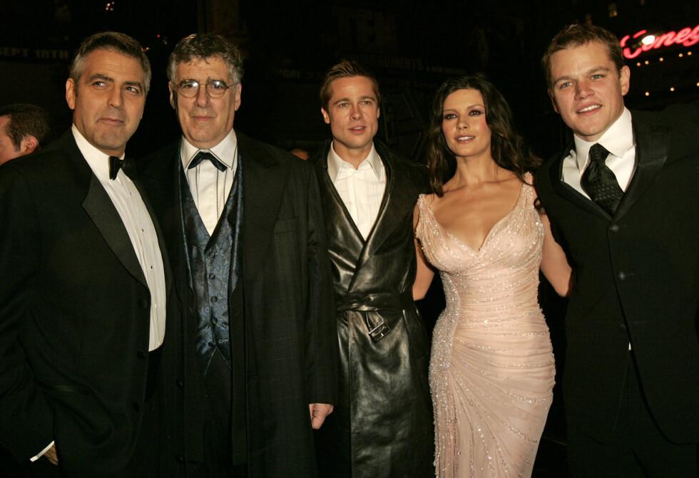"""George Clooney, Elliott Gould, Brad Pitt, Catherine Zeta-Jones, og Matt Damon på premieren av filmen """"Ocean's Twelve"""" i 2004. Foto: NTB Scanpix"""
