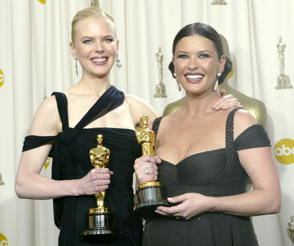 """Gravide Zeta-Jones sammen med Nicole Kidman på Oscar utdelingen i 2003.  Zeta-Jones vant beste kvinnelige birolle for hennes rolle i filmen """"Chicago"""", mens Kidman vant Oscar for beste kvinnelige skuespiller for hennes rolle i """"The Hours"""". Foto: NTB Scanpix"""