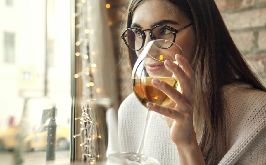 ALKOHOL: Et glass vin i ny og ne vil ikke kunne ha særlig effekt på huden din, men drikker du mye vil det dehydrere ut både huden og resten av kroppen. FOTO: NTB scanpix