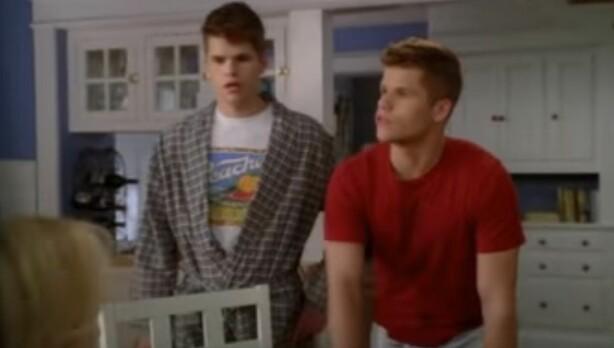 TVILLINGER: Tvillingene og skuespillerne Charlie og Max Carver var en del av Frustrerte Fruer i hele fem sesonger. FOTO: Skjermdump