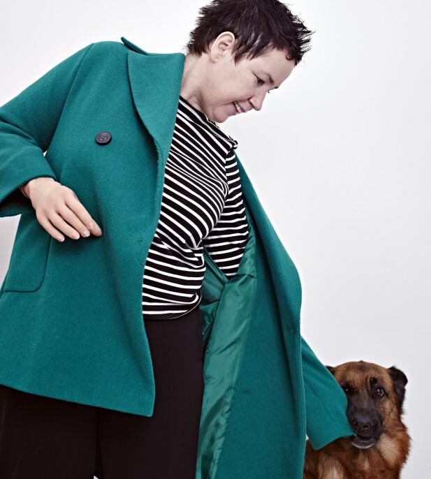 HJELPSOM VENN: Kie er Gry Heges egen superhund. Hunden kom til familien gjennom NRKs programserie «Superhundene», der omplasserte hunder får nye hjem hos mennesker som trenger en hjelpende labb. FOTO: Geir Dokken
