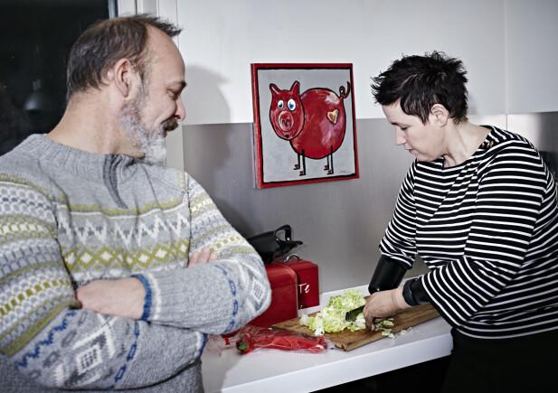 BEUNDRER KJÆRESTEN: Alan mener samboeren har en beundringsverdig drivkraft og kreativitet.  – Når jeg ikke lenger kunne strikke, kjøpte jeg meg en keramikkovn, sier Gry Hege, her med kokkekniven montert på armen. FOTO: Geir Dokken