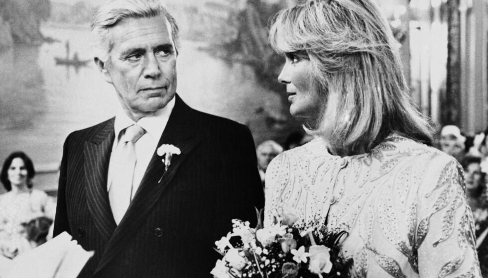 LAST NIGHT, ON DYNASTY: Blake Carrington med sin unge brud Krystle. Fondue sto ikke på menyen da de giftet seg. FOTO: NTBScanpix.