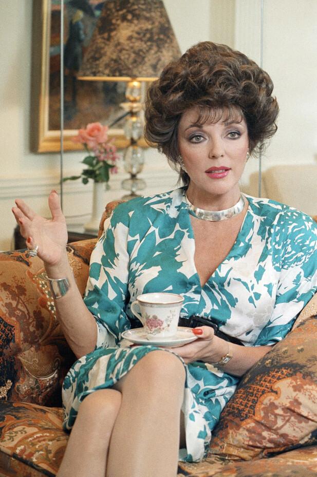 RIKSHEKS?: Joan Collins viste nordmenn alternative måter å tilbringe lørdagskvelden på, og ga både markerte kinnben og blomstrete sofaer et ansikt. FOTO: NTBScanpix
