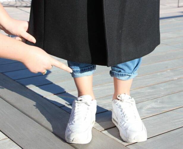KÅPEN BØR NÅ DET SMALESTE PUNKTET: Moteekspert Nadine Monroe mener den lange frakken er fineste når den treffer ankelen og fremmer det smaleste punktet på beina. Foto: KK.no