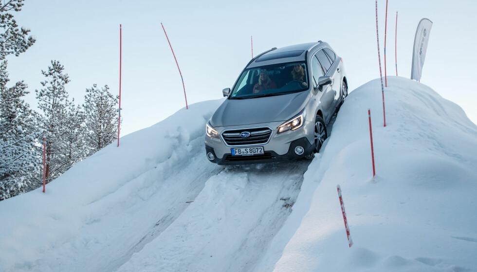 SOM Å KJØRE BERG-OG-DALBANE: Denne bakketoppen var mye brattere enn det ser ut som, og jeg var nesten sikker på at jeg kom til å kjøre på et tre nederst i bakken. Men det gikk strålende! FOTO: Subaru