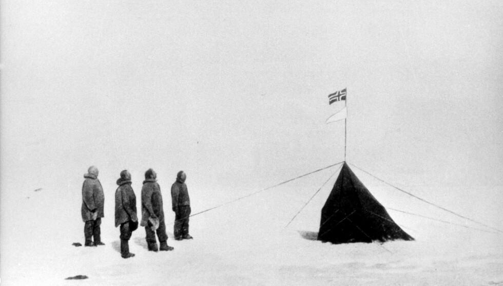 PÅ SYDPOLEN: Den 14. desember 1911 nådde Roald Amundsen og hans Fram-besetning Sydpolen - som de første menneskene som hadde satt sine føtter på det sydligste punktet på jordkloden. Dette bildet ble tatt to dager senere. Fra venstre: Roald Amundsen, Oscar Wisting, Sverre Hassel og Helmer Hanssen. FOTO: NTB Scanpix