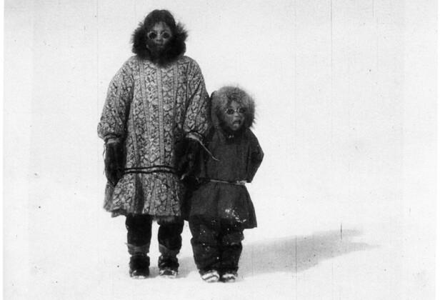 BLE SOM SØSKEN: Camilla og lille Nita fotografert i isødet. Legg merke til solbrillene som det er sannsynlig at mennene om bord på Maud har laget til de to jentene. FOTO: Utlånt av Forlaget Press // Fra boken Kapp Hjertestein