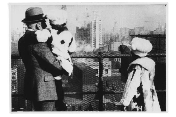 I NEW YORK: Roald Amundsen tok jentene med på kino og til fornøyelsesparker under besøket i New York. Her fra et utkikkspunkt på Manhattan skyline. FOTO: Utlånt av Forlaget Press // Fra boken Kapp Hjertestein