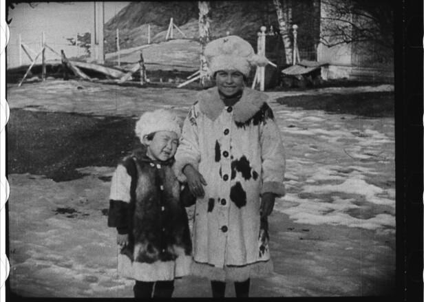 PÅ URANIENBORG: Dette fotografiet er hentet fra en kort videosnutt tatt av jentene i Norge. Her er de fotografert i karakteristiske polantrekk for anledningen. På den tiden var det flere som omtalte dem som «eskimo-pigene». Bunnefjorden i bakgrunnen. FOTO: Utlånt av Forlaget Press // Fra boken Kapp Hjertestein