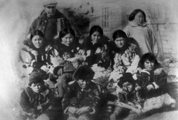 STOR BARNEFLOKK: Handelsmannen Charles Carpendale hadde ni egne barn, deriblant Camilla Carpendale, og tok til seg Kakonita Amundsen da de kom tilbake til Østkapp i 1924. FOTO: Privat // Utlånt av Kagge Forlag // Fra boken Roald Amundsen - Det største eventyret