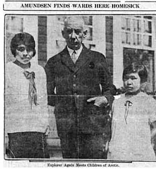 GJENFORENT: I 1926 møtte Roald Amundsen sine tidligere pleiedøtre Camilla og Kakonita igjen i Amerika. Dette bildet ble trykket i en amerikansk avis. FOTO: Faksimile // Utlånt av Kagge Forlag // Fra boken Roald Amundsen - Det største eventyret