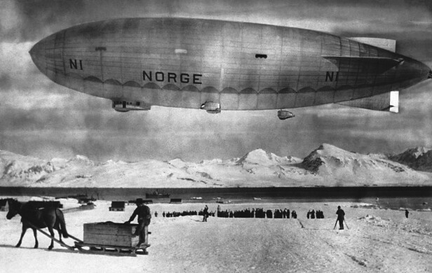 LUFTSKIPET NORGE: I mai 1926 utførte Amundsen og besetningen den aller første flyvningen over polhavet med luftskipet Norge. Igjen var Roald Amundsen Norges største folkehelt og eventyrer. Dette bildet er tatt ved Spitsbergen i mai 1926. FOTO: NTB Scanpix