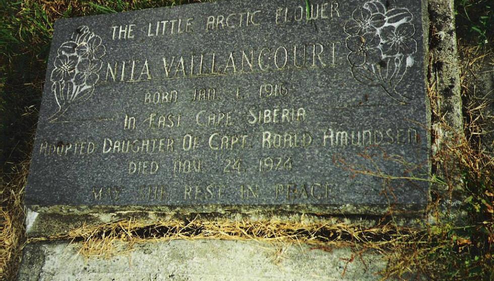 GRAVSTEN: På gravstenen til Nita, som ligger gravlagt på North Shuswap Cemetery i British Columbia i Canada, står det beskrevet at hun var adoptivdatter av Roald Amundsen. Hun gikk bort 24. november 1974. FOTO: Dee Dee Hibbert // Utlånt av forfatter Stephen R. Bown