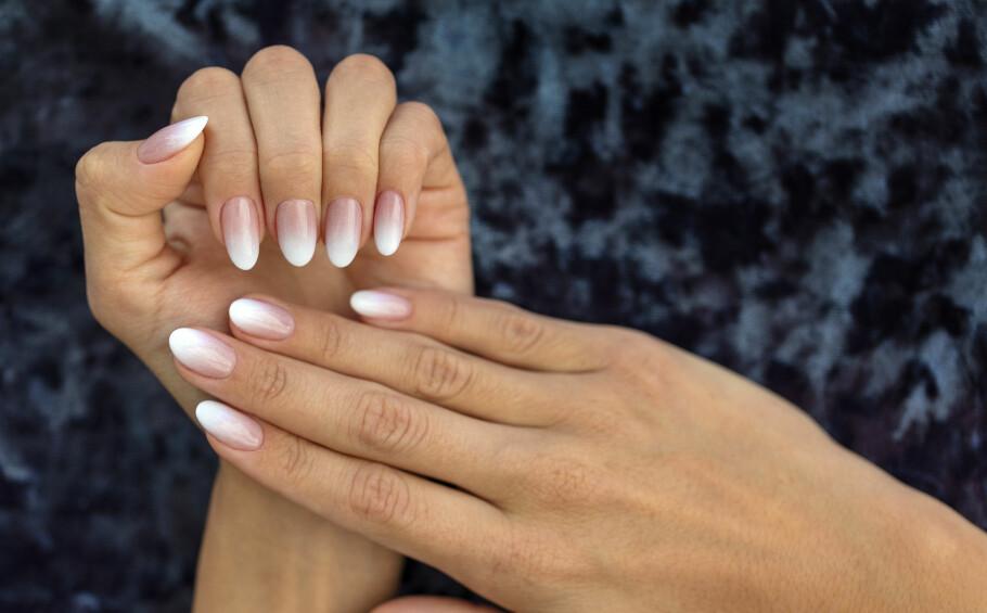 NEGLER: Mange av oss bruker penger på neglene våre. Men hvilke farger er det som gjelder? Ifølge sosiale medier ser det ut til at det er én look som nå er veldig populær. FOTO: NTB scanpix