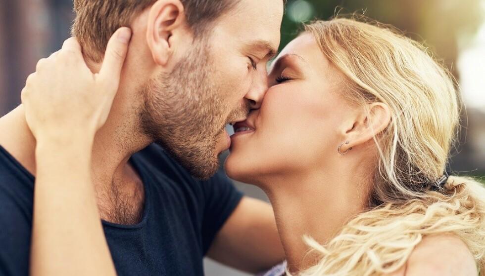 TID TIL KYSSING: Når hverdagen inntar forholdet blir det desto viktigere å dyrke kjærligheten. Foto: Scanpix.