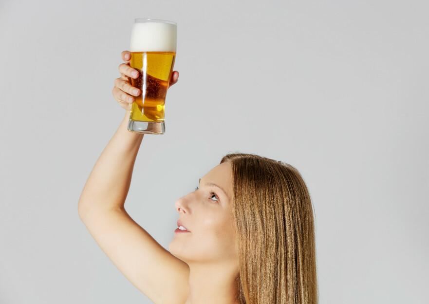 TO BEER OR NOT TO BEER: Omkvedet på 70-tallet var at øl i håret skulle gi både glans og spent - i tillegg skulle håret bli tykkere. FOTO: NTB