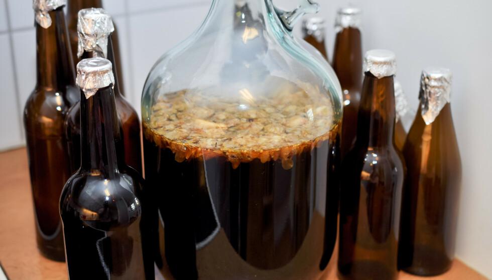 PUTRENDE GLEDE: Hjemmelaga øl på kjøkkenbenken. Lite slår stanken av sats om morran. FOTO: NTB Scanpix