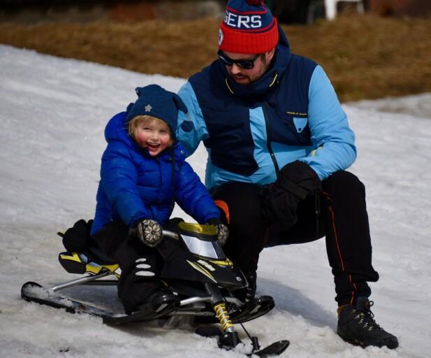 ELSKET SPENNING OG FART: Før uhellet i akebakken var Ludvik og pappa Kenneth Lunde ofte å se i akebakken. FOTO: Privat