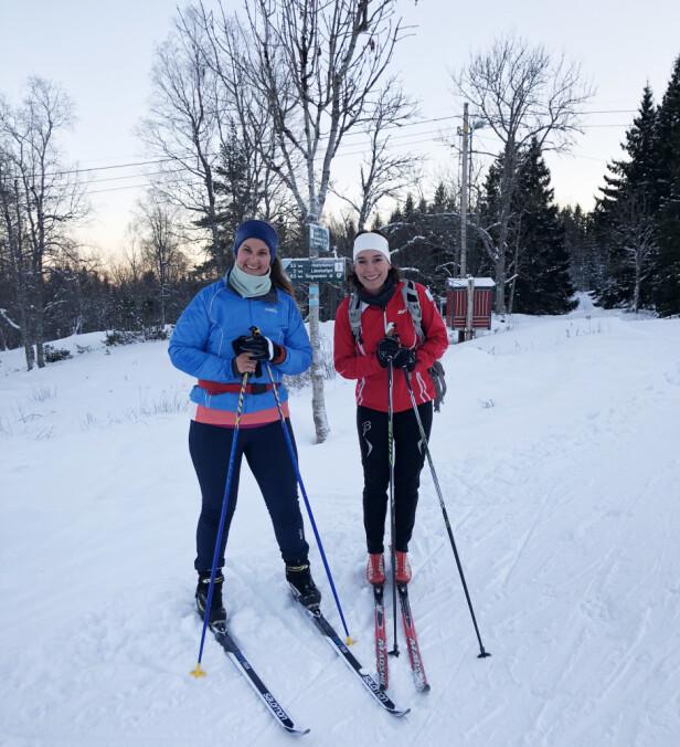 DELER SKIENTUSIASME: KK-journalist Malini Gaare Bjørnstad (som elsker å gå på ski) og Kari J. Spjeldnæs - som har skrevet boken «På ski fordi» - gjorde like så godt intervjuet i skiløypa! FOTO: Mari Stavheim