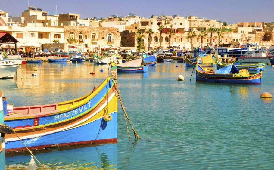 MALTA: De fargerike båtene er lett å få øye på rundt om på Malta. Disse er fra fiskebyen Marsaxlokk lengst øst på øya. FOTO: NTB Scanpix / Judith Betak