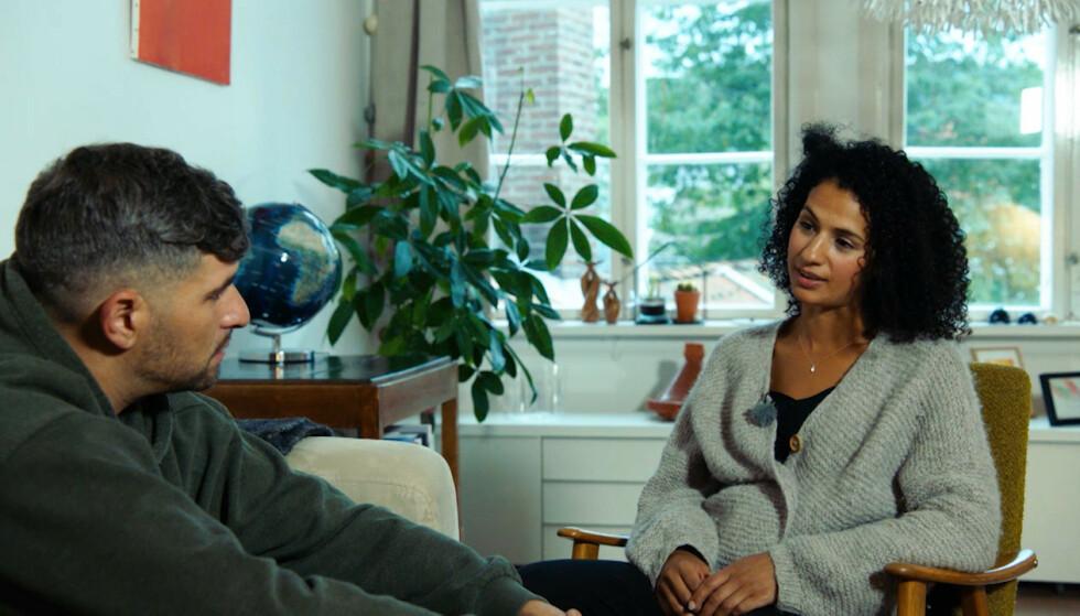 STO FRAM: I januar stod hun i NRK-ruta med dette samme skarpe blikket, i Leo Ajkics dokumentarserie Uro, og fortalte om sin historie, som hun deler med så mange andre. Historier om negativ sosial kontroll. FOTO: Pandora film/NRK