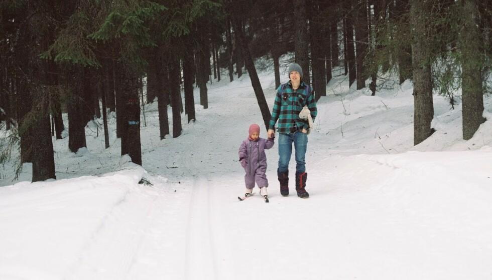 PÅ SKI GJENNOM SKOGEN: Det tar familien bare ti minutter å komme til «sivilisasjonen». – Men det føles som om det er lengre enn det er, sier Rebecca. FOTO: Privat