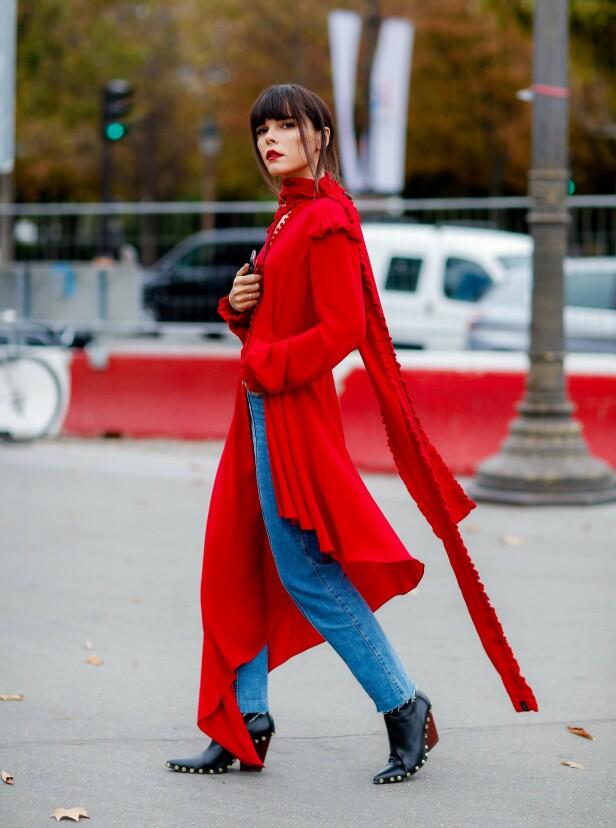 MED JEANS: Gjør antrekket med hverdagslig ved å kombinere den røde kjolen med et par jeans. Foto: Scanpix