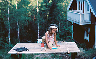 Rebecca og familien byttet byleiligheten mot ei lita hytte i skogen