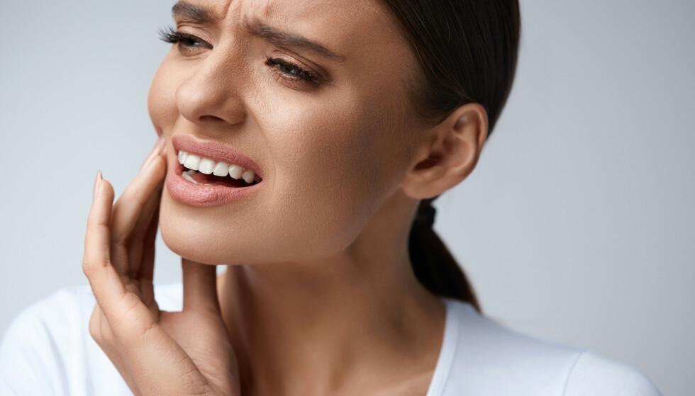 TENNER SOM LØSNER: Svært mange av oss vil få en betennelse i munnen. For noen blir det så alvorlig at tennene løsner. Foto: Scanpix