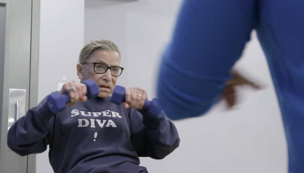 PERSONLIG TRENER: Etter å ha fått påvist kreft i 1999 begynte Ruth Bader Ginsburg å trene regelmessig. I 20 år har hun trent med sin faste PT Bryant Johnson i høyesterettslokalene. FOTO: NTB Scanpix