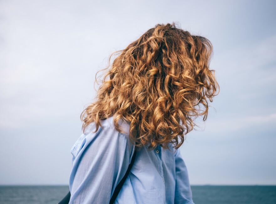 HÅR MAN KAN TA PÅ: Endelig kan vi begynne å se bort fra helt perfekte korketrekkerkrøller og «rettetang-rettet» hår, og heller ønske naturlig fall og hår man kan «ta på» velkommen. FOTO: NTB Scanpix