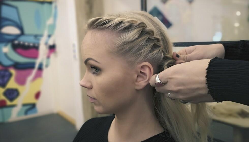 TVINN HÅRENE: Tvinner du hårene i stedet for å flette, er det enklere å få med seg alle småhårene. FOTO: VAAR