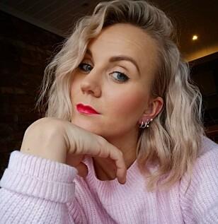 VANLIG PROBLEM: Senior stylist Vilde Johannessen får nesten daglig inn kvinner i salongen som ønsker hjelp til å takle ammehåret. FOTO: VAAR